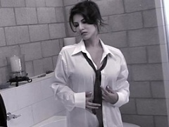Sunny Leone is stripping naked for her morning shower