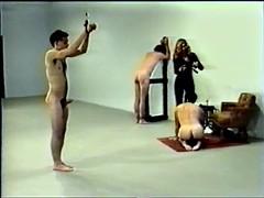 Bondage domination sadisme masochisme, Homme nu et filles habillées, Femme dominatrice, Fessée, Rétro ancien