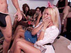 Blonde, Sucer une bite, Club, Mignonne, Fille latino, Fête, Public, Se déshabiller