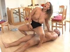 Sexually available mom treibt alten Mann in den Wahnsinn