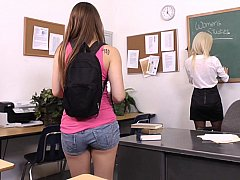 18 ans, Blonde, Brunette brune, Mixte, Mignonne, Gode, Lesbienne, Étudiant