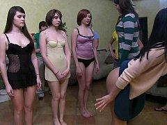 Amateur, Américain, Blonde, Brunette brune, Domination, Dortoir, Se déshabiller, Adolescente