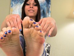 Foot teasing tranny rubbing her feet with oil