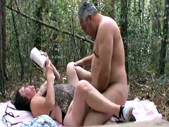 pareja madura en el bosque